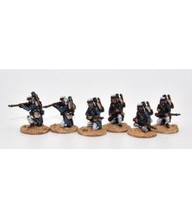 Legionarios disparando de rodillas, orden de marcha (mochilas)