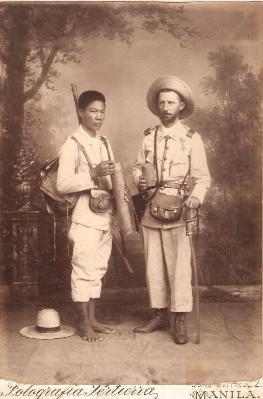 Oficial español y soldado filipino