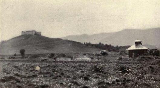 Vista de El Caney, con el fuerte de El Viso al fondo y un blocao en primer plano.
