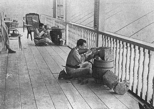 Soldados españoles defienden una posición en las afueras de Manila.
