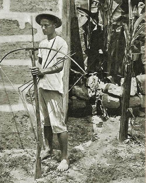 Sandatahan armado con una ballesta, norte de Luzón, 1898